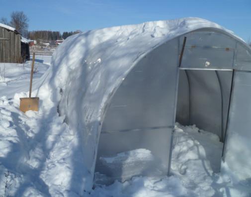 расчистка теплицы от снега