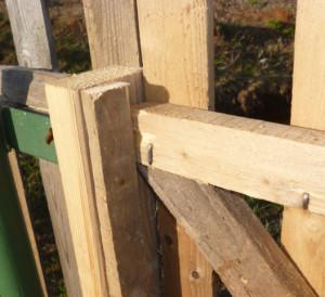 упор на косяке для калитки